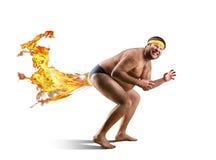 Nackter Freak farts durch Feuer stockfoto