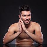 Nackter junger Mann hält Hände zusammen Lizenzfreies Stockbild