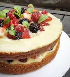 Nackter Kuchen mit Beeren Stockfoto