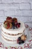 Nackter Kuchen mit karamellisierten Früchten - Erdbeeren, Blaubeeren, Himbeeren Schwammcremekuchen im Blumenhochland, Behälter Lizenzfreies Stockbild
