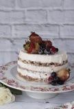 Nackter Kuchen mit karamellisierten Früchten - Erdbeeren, Blaubeeren, Himbeeren Schwammcremekuchen im Blumenhochland, Behälter Lizenzfreie Stockfotografie