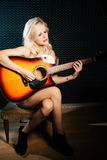 Nackter Musiker - Frau mit Acustic-Gitarre Stockbilder
