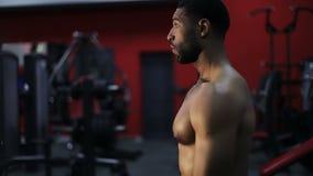 Nackter schwarzer Mann bereitet sich für die Ausbildung in der Turnhalle vor stock video