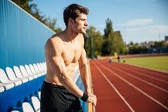 Nackter sexy hübscher männlicher Athlet am Stadion draußen Stockfotos