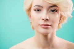 Nacktes ehrfürchtiges blondes Mädchen mit den schönen langen Wimpern stockfoto