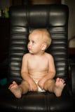 Nacktes Kind auf einem Lederstuhl Lizenzfreie Stockfotos