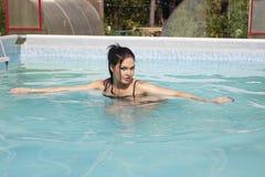 Nacktes Mädchen im Pool Stockfotos