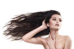 Nacktes Schultermädchen des schönen Brunette mit horizontal fliegen stockfoto