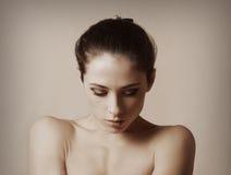 Nacktes sexy weibliches Modell auf Dunkelheit Stockfotografie