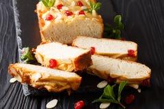 Naco condensado cortado do pão de leite com cerejas secadas, amêndoas fotografia de stock royalty free