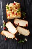 Naco de leite condensado de pão recentemente cozido decorado com secado fotos de stock