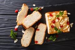 Naco de leite condensado de pão recentemente cozido decorado com secado imagem de stock royalty free