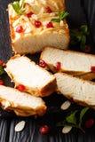 Naco de leite condensado de pão recentemente cozido decorado com secado fotos de stock royalty free