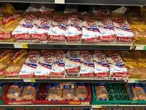 Naco de pães em prateleiras em uma loja do supermercado imagens de stock