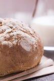 Naco de pão com leite em uma tabela velha da prancha Fotografia de Stock Royalty Free