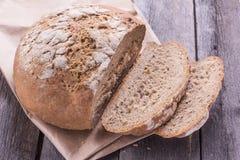 Naco de pão cortado em um velho a tabela de madeira Fotos de Stock Royalty Free