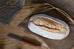 Naco de pão em um fundo de madeira foto de stock royalty free