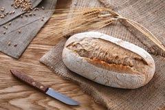 Naco de pão em um fundo de madeira fotografia de stock