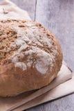 Naco de pão em um velho a tabela de madeira, close-up Imagens de Stock