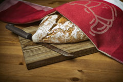 Naco de pão na placa de corte de madeira Imagem de Stock