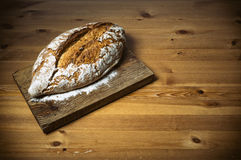 Naco de pão na placa de corte de madeira marrom Foto de Stock Royalty Free