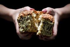 Naco de pão rústico nas mãos da mulher fotos de stock
