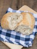 Naco do pão de sourdough no ajuste rústico do kitchend foto de stock