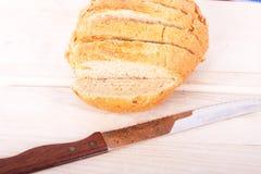 Naco inteiro da grão do pão cortado na placa de estaca Imagens de Stock