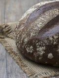 Naco redondo do pão de sourdough recentemente suportado no backgroun de madeira fotografia de stock royalty free