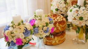 Naco ucraniano saboroso tradicional do pão do casamento na tabela do casamento com velas do weddind vídeos de arquivo