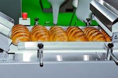 Nacos do pão branco na linha de produção dos confeitos Fotos de Stock Royalty Free