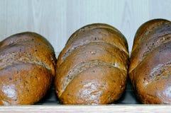 Nacos do pão branco na prateleira Imagens de Stock