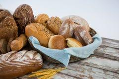 Nacos do pão na cesta Fotos de Stock