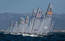 Nacra在开始小组的赛船会期间的类航行 免版税库存照片