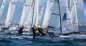 Nacra grupuje żeglowanie podczas regatta w Mallorca szerokim szczególe na boja zdjęcia royalty free