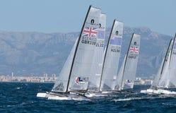 Nacra 17 klasse die tijdens regatta in de lijn van het palmade Mallorca begin varen Royalty-vrije Stock Afbeelding
