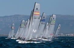 Nacra 17 klasse die tijdens regatta in de lijn van het palmade Mallorca begin varen Stock Foto