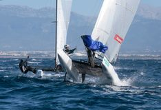 Nacraklasse die tijdens regatta in het springende detail van Mallorca varen Stock Fotografie