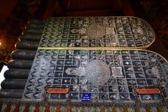 Nacre marquetée sur les semelles de Bouddha étendu Photo libre de droits