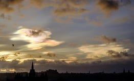 Nacreous moln över Edinburg Arkivfoto