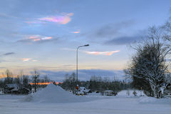 Nacreous moln över Stromsunden i vintersolnedgången, Sverige Arkivfoton