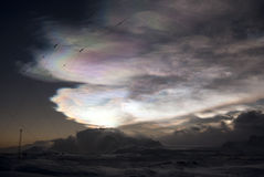 Nacreous wolken van een de winternacht. royalty-vrije stock fotografie