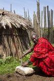 Naczelny ostrzenie nóż w krall w Maasi wiosce, Ngorongoro przeciw Zdjęcie Royalty Free