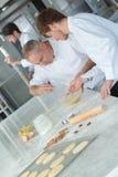 Naczelny szef kuchni i asystent zdjęcie royalty free