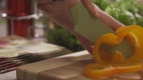 Naczelny tnący kolor żółty pieprzy na drewnianej desce z fachowym nożem i wielką umiejętnością scena W górę szefa zbiory