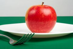 Naczynia i czerwony jabłko Obrazy Stock