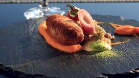 Naczynia przy wyśmienitą restauracją Zakończenie Cutlet od królika mięsa z garnirunkiem zielona gryka zbiory wideo