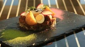 Naczynia przy wyśmienitą restauracją Zakończenie Forshmak z jajkiem kłusował, przepiórek jajka i warzywa zbiory
