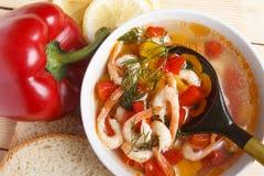 Naczynia śródziemnomorska kuchnia od warzyw i garneli fotografia royalty free