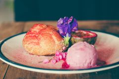Naczynie Choux śmietanka, różany lody i pasyjna owoc z piękną dekoracją, obraz royalty free